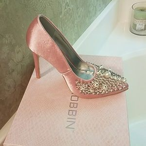 Mauve Cape Robbin heels with pearl embellishments.
